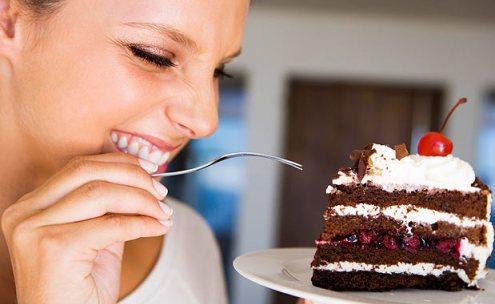 mulher comendo doce