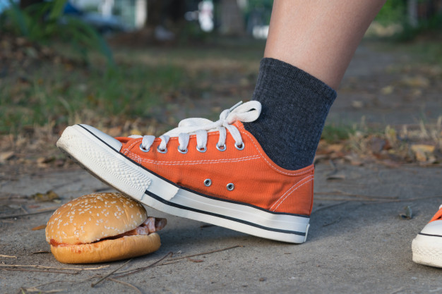 pisando no hamburguer