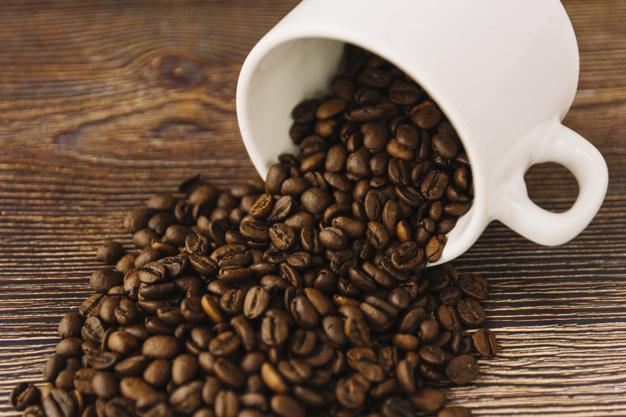 grãos de café e cafeína